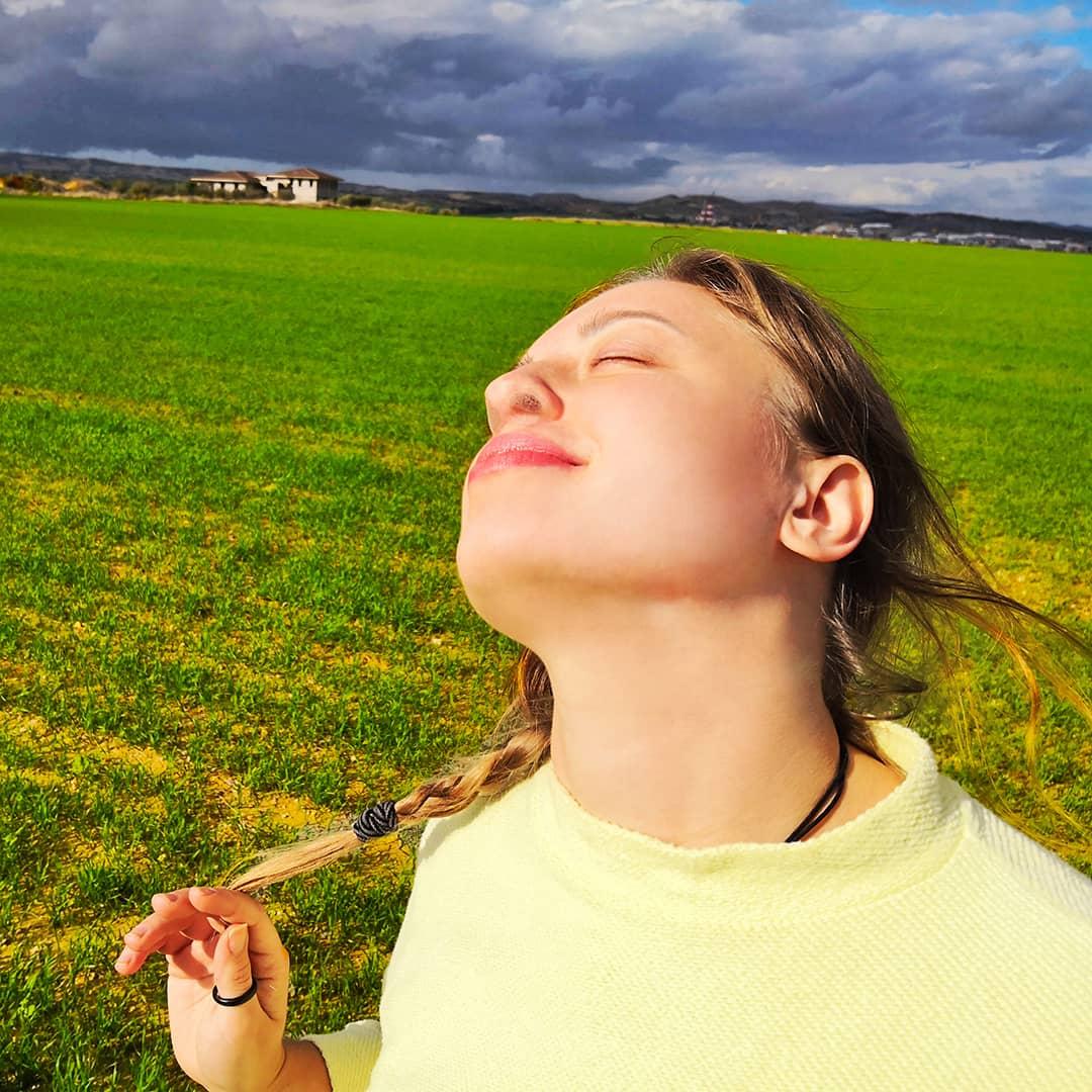 Una ragazza nella natura che respira con i filtri nasali